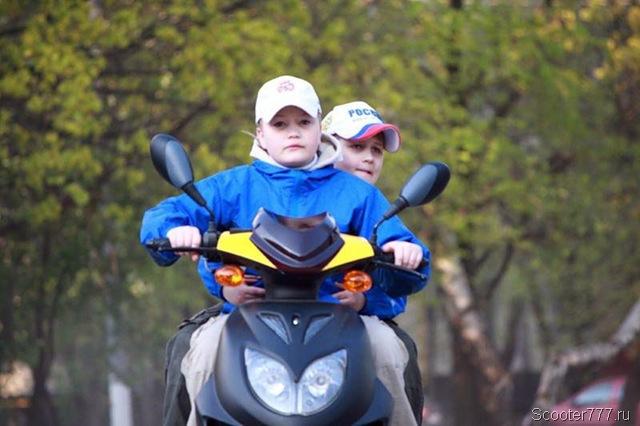 Ребёнок на скутере