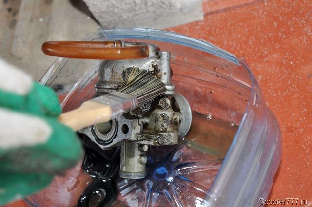 Очистка корпуса карбюратора бензином