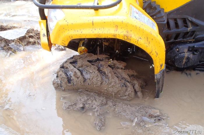Колесо закопалось в грязь