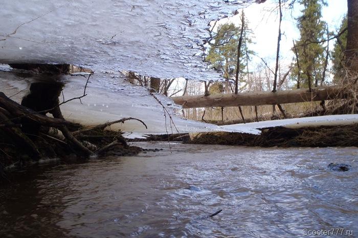 Лёд нависает над ручьём