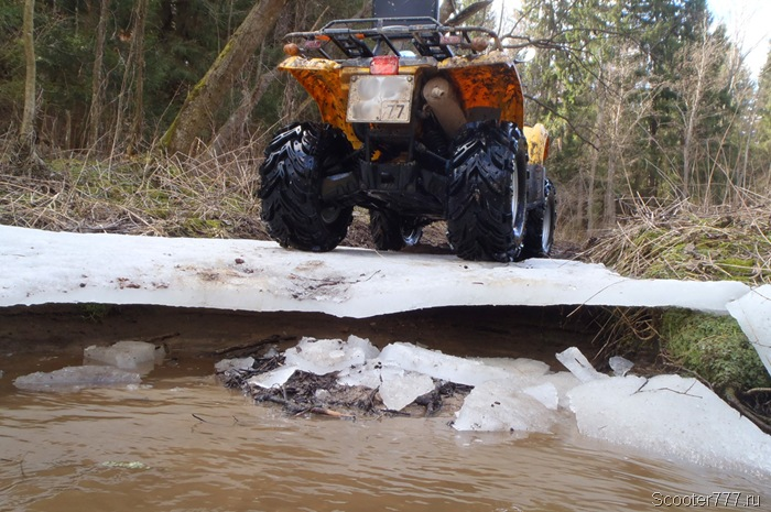 Мотовездеход запросто выезжает на лёд