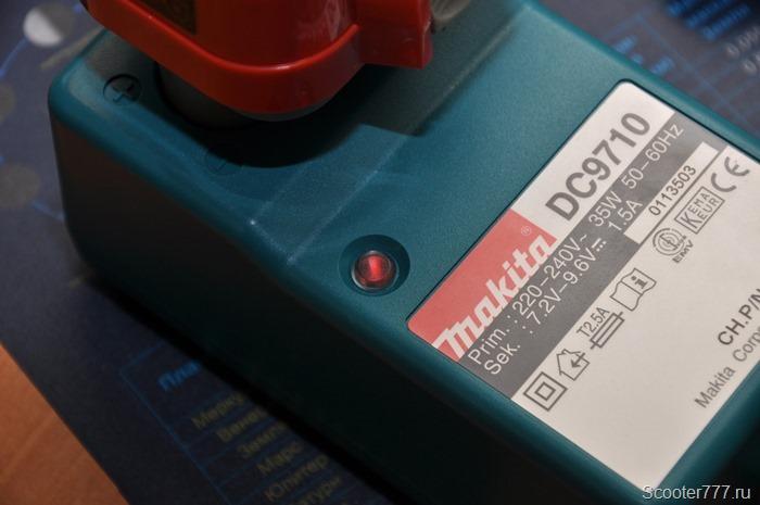 Процесс зарядки на устройстве Makita DC9710
