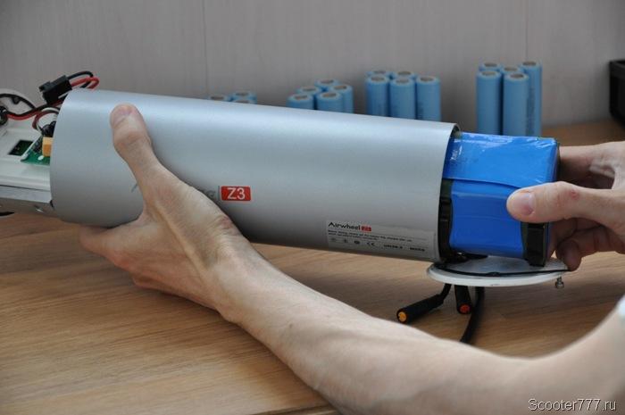 Вынимаем батарею аккумулятора Airwheel Z3