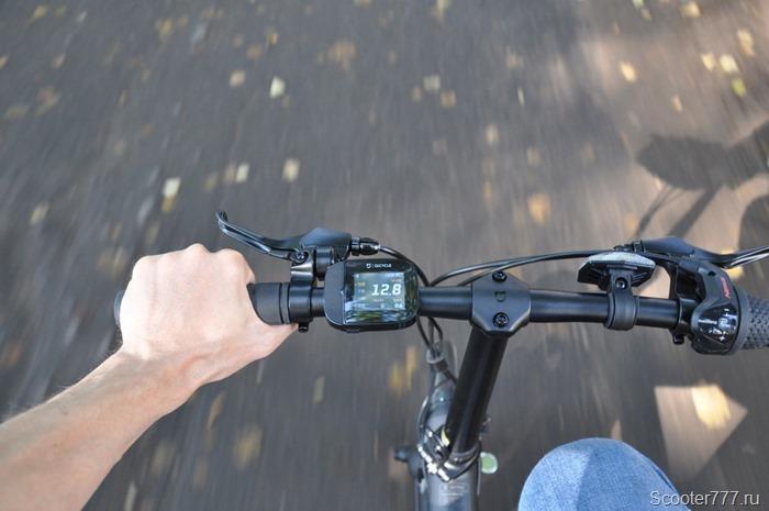 По дороге на велосипеде
