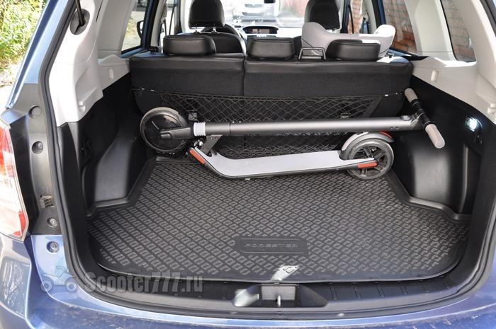 Ninebot KickScooter в багажнике автомобиля