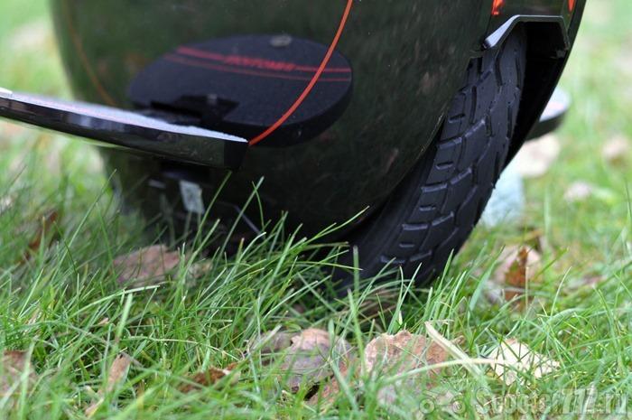 Моноколесо на траве