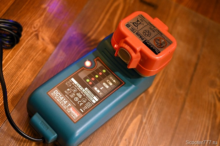 Процесс зарядки на устройстве Makita DC1414