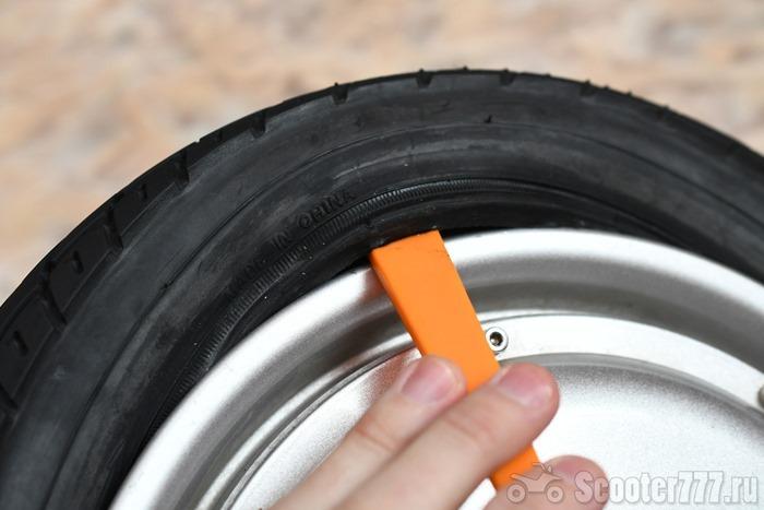 Поддеваем шину монтажкой