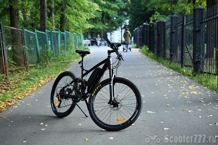 Электровелосипед Twitter в парке