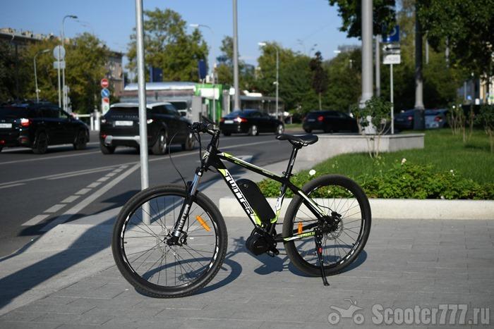 Электровелосипед Twitter VS7.0-EM на тротуаре